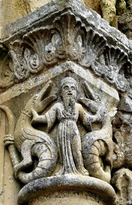 vouvant-sculpture-facade-eglise
