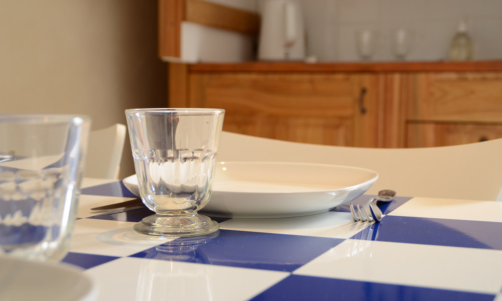 Couvert cuisine chambre appart la Parée