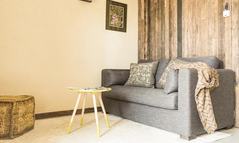 Salon du studio avec canapé