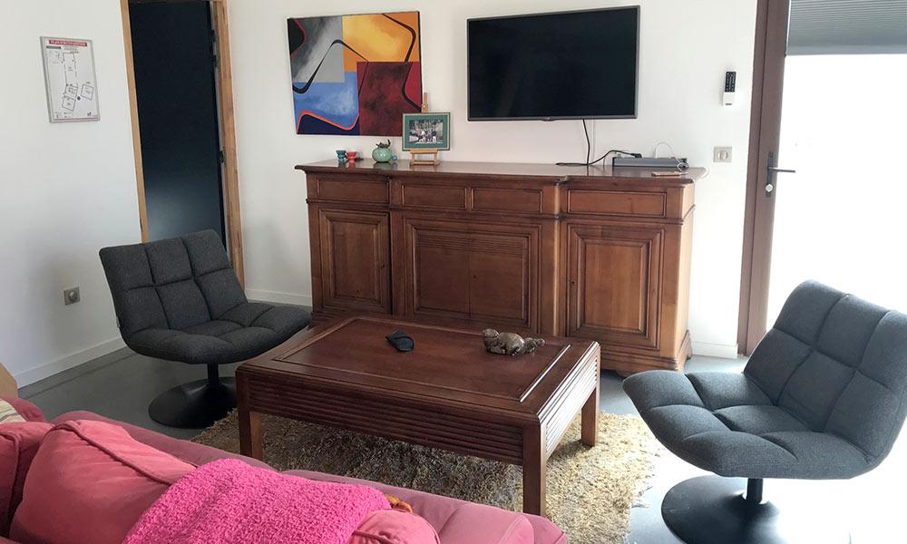 Salon avec télé à écran plat